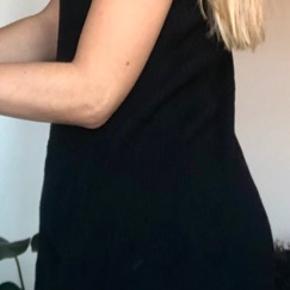 ZARA Knit dress. Super lækker og fin kjole fra Zara. Brugt få gange og fremstår derfor som ny. Fungerer også godt ud over et par bukser. Længde er til cirka midt på lårene (tættest på knæet)
