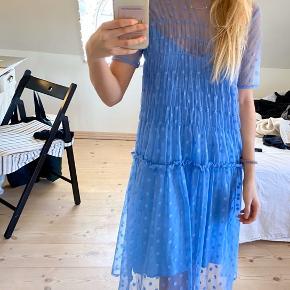 Har et lille hul i underkjolen, men ses ikke med den gennemsigtige kjoler udenover
