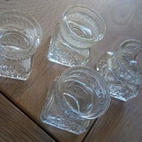 4stk små klar glas vaser m.mønster 5,5cm høj 5cmx5cm i bunden Alle 4 stk Sælges for 100kr   Kan hentes i Brøndbyøster eller sendes for købers regning
