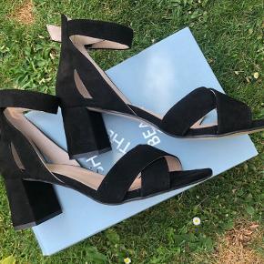 Sort nubuck sandal med blokhæl Brugt 1 gang  Str 39