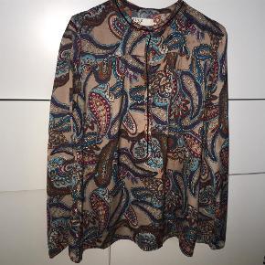 Brand: Pulz jeans Varetype: Sej skjorte fra pulz jeans Farve: Se foto Oprindelig købspris: 499 kr.  Så fed lidt silke agtig look med lidt brede ærmer nederst se flere fotos. Brugt 2 gange fejler intet