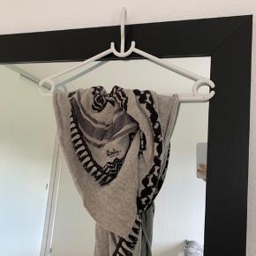 Lækkert tørklæde med anderledes mønster fra Lala Berlin. Ingen huller, pletter osv. Købt for 3000 kr