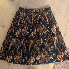 Fin plisseret nederdel med mønster!  Den har været brugt og vasket få gange, men fejler ikke noget 😊  Skriv pb for flere billeder  Jeg tager gerne imod bud!  Jeg bytter ikke 💕