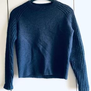Won hundred, uld - så smuk og behagelig at have på. Super til jeans og denim shorts til sommer.   vasket på uldprogram i neural vaskemiddel 3 gange.