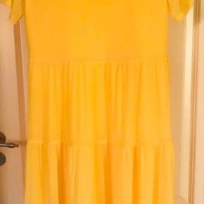 Sælger denne smukke gule sommerkjole , der er underkjolen så den ikke er gennemsigtig , og ærmerne er transparente Kun brugt en gang , så er som ny Str L