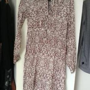 Varetype: Flot silketunika med bælte Farve: se billede Oprindelig købspris: 1199 kr.  super flot silke tunika/kjole, brugt 1-2 gange.. Kan både bruges over bukser eller som kjole