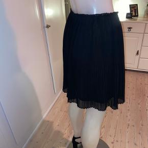 Flot sort plisseret nederdel fra H&M.  Brugt få gange, men har fin stand.  100 % polyester