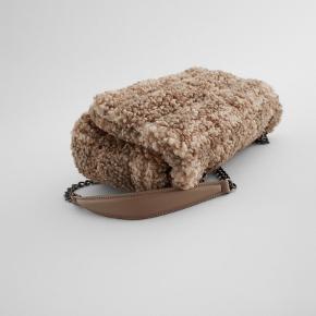 Helt ny ZARA taske. Brugt én enkelt gang. Er mindre end en uge gammel. Jeg har desværre fortrudt mit køb.  Derfor ingen mærker eller andet. Fremstår som helt ny!  Enormt smuk, rummelig og med en god rem der både kan bæres cross og på skulder :-)  Kan afhentes på Nørrebro eller på Fisketorvet eller sendes på købers regning.   Mål: HBD = 20x30x8.