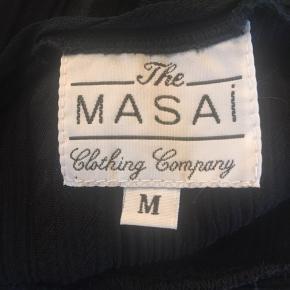 Lækker tynd sort MASAI bluse med indvævet mønster. BM/ÆG 69 x 2 - strukket ud 79 x 2 cm - L 86 cm. Str. M. Sender gerne 🌸