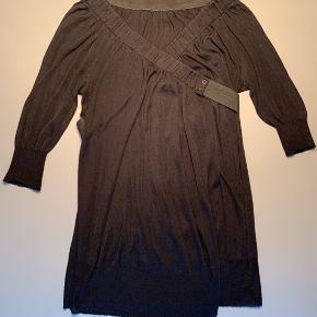 Super fin trøje fra Pernille Feilberg / blanding af uld og silke / lukkes ved strækbar bånd som føres på kryds fortil og bagom for at lukkes med trykknapper