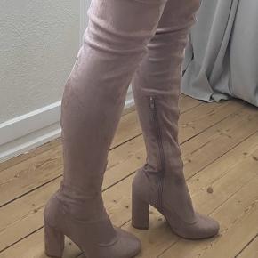 Smukkeste mid thigh high støvler fra NLY Shoes i str. 38. Aldrig brugt og fremstår i perfekt stand. Farven er som på billederne, en smuk grålig nude. Bud fra 200 kr. plus porto.