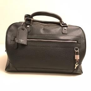 Super flot taske fra LV.   Den er brugt, men slet ikke noget ud over det alm.   Nypris omkring 16.000kr Sælges til 5.500kr  Måler 41 x 26 x 23 cm  Tjek evt min insta. P4_preloved