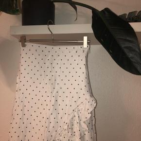 Hvid prikket slå-om-lingende nederdel i str 36 men er meget lille i str. tænker det 34