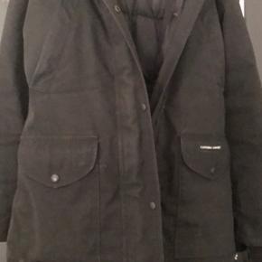 Sælger denne Canada goose jakke i str S passes også af en lille M sælges da jeg ikke kan passe den mere har stadig pris mærken fra jakke dog ingen kvittering da den blev væk under flytning den trænger til en rens, BYD det er ingen fast pris