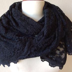 Kæmpestort Rosemunde tørklæde: 210 x 75 cm. Perfekt stand. 50% bomuld, 44% polyamid, 6% elastan. Sendes for kr 35,-