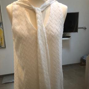 Elegant hvid top/ skjorte uden ærmer, lille størrelse L. Fra ikke ryger hjem og aldrig brugt.