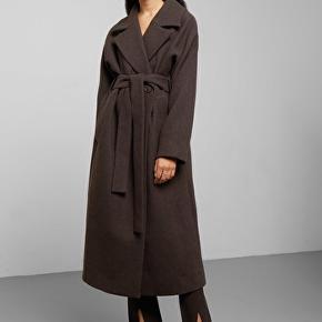 Uld frakke i uld, aldrig brugt.. mistet kvittering kan ikke returneres. Str l  Lækker klassisk frakke i brun Np 1150 kr