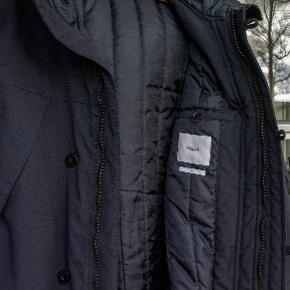 Virkelig flot jakke fra Filippa K med vatteret for. Varm og vindtæt. Meget mørkeblå. Som ny. Parkacoat Vindjakke Vinterjakke #30dayssellout