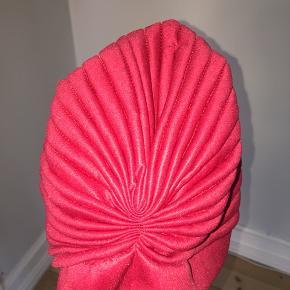 Fin turban i pink. Har lidt slid, som billedet viser ellers god stand! 100% polyester.