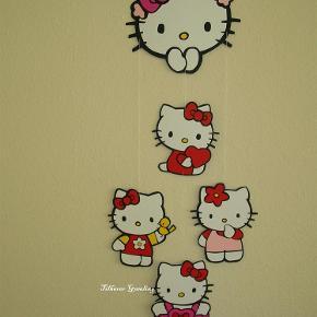 Brand: Skæreri/papirklip Varetype: Uro i lap på lap med Kitty - Størrelse: x Farve: flere  Hello Kitty uro i lap på lap   Lige til at hænge i loft - vindue - over puslebordet - give som gave eller hvad man nu lyster ;-)  Alt er håndskåret i karton lige fra de små lapper til grundmodel og derefter samlet med giftfri lim.  Pris 125pp (billede 1) pris 125pp (billede 2) Pris 75pp (billede 3)  pris 90pp (billede 4)