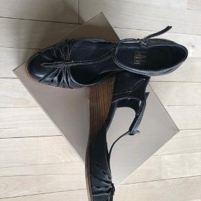 Hælen er ca. 6 cm. Der er almindelig brugsspor, men er ikke slidt som sådan.