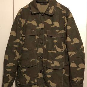 Varetype: Langærmet Farve: Army Oprindelig købspris: 250 kr.  Army farvet skjorte med 4 lommer samt indspændere i ryggen fra H&M. (Kan også bruges som forår/sommer jakke)  Condition 8-9/10 Nærmest ikke brugt og fejler derfor  heller ingen ting. Ingen brugsspor.  Str. Large.  Sælger for min kæreste pga. oprydning og for lidt brug.  Skal gøre opmærksom på, at mærkesedlerne er klippet ud pga. irritation.  Køber betaler fragt.  Bud modtages og mængderabat gives :-)