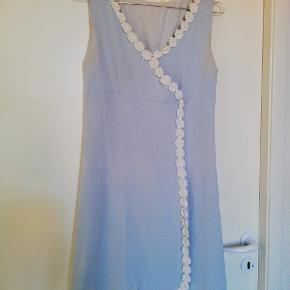 Vintage lyseblå kjole med hvide blomster. Der er lidt Yvonne over den. Den har nogle misfarvninger ved armene