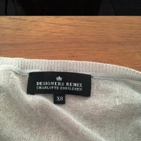 Fin bluse med gennemsigtig detalje. Kan også passes af en str. M.