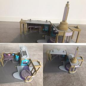 Bygninger fra Cars filmene. Gmb, men i pæn stand. Tårnet til Ramones værksted kan lyse. Begge bygninger kan åbnes og lukkes. Mp 100 kr for begge samlet.