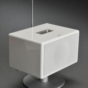 """Højttaler, Geneva Sound Lab, S, hvid, aktiv  Geneva Lab model S i hvid. To fuldtone 3"""" woofer-enheder • To basrefleksporte med """"dynamic loudness"""" • Hver enkelt højttaler drives individuelt i sit eget kammer for opnåelse af præcis akustik • To digitale klasse D forstærkere - særdeles effektive med lavt strømforbrug • FM radio • Digitalt ur med alarm • LED display med volumen/mode/track/frekvens • iPod®/iPhone® PowerDock med automatisk lukning for beskyttelse af stik • Baggrundsbelyst og trykfølsomt TouchLight kontrol • Ekstra AUX """"mini-jack"""" stereo indgang til ekstern lydkilde, f.eks. TV. Den fine hvide højttaler ser ud som ny, uden ridser overhovedet. Vi har ikke brugt foden, der desværre er blevet ridset i en rodekasse. Bemærk at højttaleren er uden DAB+. Fjernbetjening, powerkabel, fod og manual medfølger. Eventuel fragt lægges oveni: 45 med DAO til nærmeste posthus/butik"""
