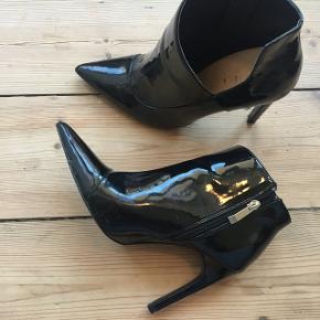 Lak støvletter med stilethæl. Købt i Zara.  Kun brugt en håndfuld gange.   Afhentes på Christianshavn.