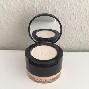 Eye Primer Duo med creme i bunden og pudder i låget. Ved brug af dem holder den efterfølgende øjenskygge sig glat i 15 timer. Der er brugt lidt af cremeproduktet og næsten intet af pudderen.