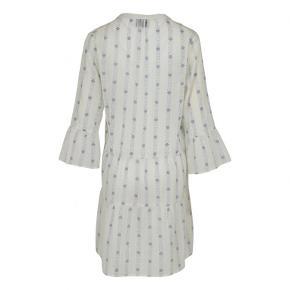 Neo Noir Gunvor Cotton Dress, Graphic Blue Skøn kjole fra Neo Noir. Super fin kjole med vidde og let a-facon. Kjolen har 7/8 ærmer med lidt vidde og flæsekant forneden samt v-udskæring. Aftagelig underkjole medfølger.        Materiale: 100% bomuld.Foer: 100% viskose.  længde ca. 96 cm brystmål målt lige under ærmet ca. 64 x 2 hele vejen rundt Farve: Hvid m. blåt print