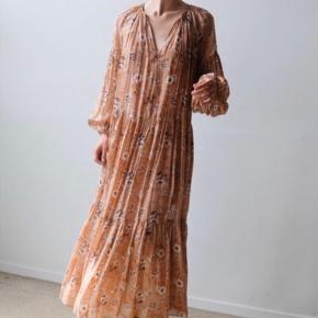 Smukkeste silke kjole fra Ulla Johnson.  Aldrig brugt. Blot prøvet på. Stadig med tag.   Ny pris 6.999,-  Mp 2.900,- plus forsendelse. Prisen er fast.   98% Silke. 2% Polyester.   Str. 8.  Længde 142 cm.   Brystvidde 65x2 cm.   Pasformen er løs. Udtrykket er florlet.   Passer alle fra S til L (XL), da der ingen sømme er ved skuldrene. Afhængig af hvor løs og lang man ønsker kjolen.   Kom gerne og prøv.   Kan ses, prøves og afhentes i Humlebæk eller sendes med DAO.   Køber betaler forsendelsesomkostninger.   Ts handel.  Se mine øvrige annoncer nu du er her alligevel 🌸