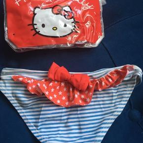 Lækre badetrusser i blå:hvide striber og rød flæse på bagsiden fra Hello Kitty, i fin stand.