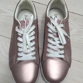 Varetype: Sneakers Farve: Bronze  Fine Lacoste sneakers  Bytter ikke
