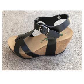 Helt nye BioNatura Sandaler str. 37. Beder sandal med hæl findes ikke 👌🏼 Nypris 699kr  Håndlavet BioNatura sko af italienske og økologiske kvalitetsmaterialer.   Produkt information: Fodseng: Anatomisk formet kork Farve: Sort Producent: BioNatura Højde: 10 cm Pasform: Regular fit m. justerbar rem Bonus info: Det perfekte fodtøj til et elegant look uden at ligge komforten på hylden. Modellen er siden lancering kun blevet modtaget med bravur, hvilket skyldes dens komfortable pasform, gode fodfæste selvom det er en høj sko og lækre design.