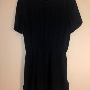 """Mørkeblå """"satin"""" kjole fra Moss Copenhagen. I virkelig fin stand. Sælges da den er blevet for kort til mig.  Det er svært at fornemme farven og materialet på billederne"""