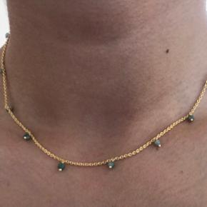 Sælger denne smukke halskæde med smukke sten i en grøn/blå farve