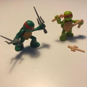 TMNT Ninja Turtles figurer  Brugt men fejler intet.  6 cm høj - sælges samlet.  Der medfølger våben - se billedet.  Bemærk jeg har flere annoncer med andre Ninja Turtles.  Kommer fra dyrefrit og røgfrit hjem.  Afhentes på adressen 6710 Hjerting eller sendes på købers regning.