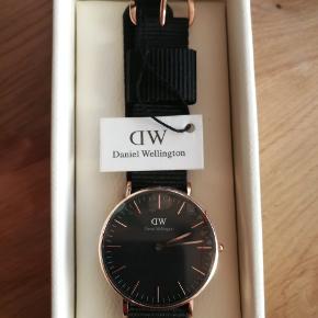 Sælger dette Daniel wellington ur det hedder classic Black. Aldrig været brugt og plastik filmen sidder stadig på. Så god som nyt.  åben overfor bud.  Nypris 1100
