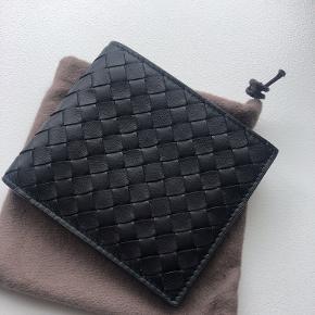 Overvejer at sælge min ellers lækre pung fra Bottega Veneta Brugt maks 5 gange - så i rigtig god stand.  Alt originalt medfølger. Købt fra Luisaviaroma Nypris er 370 eur - 2800 kr