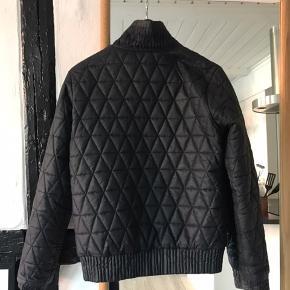 'Termo' jakke fra Nike. Kan vendes på vrangen for at give nyt udseende.