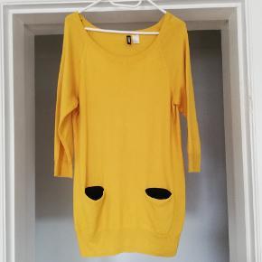 Mørk gul lang sweater/kort kjole. Brugt, men fejler intet. Byd gerne 😊 (jeg sender også gerne flere billeder)