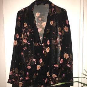 Sød skjortebluse (med lommer foran, ses på sidste billede) fra Zara i str L (passer dog str M/medium helt fint) 😊