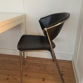 To flotte sorte spisestole i læder. Fejler absolut intet.    To stole: 1200kr   Kan afhentes i Valby hurtigst muligt.