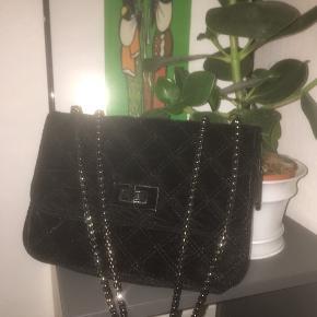 Mega pæn velour taske fra Samsø og Samsø!✨ er brugt højst 5 gange og fejler intet