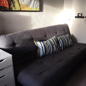 """""""Købt i 2015 fra ny i Futon House for 6000 kr.   Kan bruges som sofa eller slås ud til en seng, det er tager ca 5 sekunder.  Mål som sofa: 200x100x80  Mål som seng: 200x140x40  Minimalt tegn på slid, meget god stand. Noget at malingen er ridset af på toppen af stellet, men ellers fremstår den som ny.  Der er opbevaringsrum under med plads til lagener, ekstra dyne og den slags"""