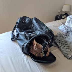 vundet til en turnering for over 15 år siden, ALDRIG brugt. virkelig lækker læder backtee travelbag, med rum til golfsko(!)