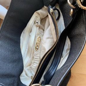 Lækker taske fra DKNY, brugt men i super fin stand.